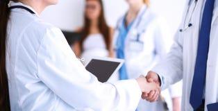 Νέος γιατρός γυναικών που κρατά ένα PC ταμπλετών νεολαίες γυναικών γιατ&rh Στοκ εικόνες με δικαίωμα ελεύθερης χρήσης