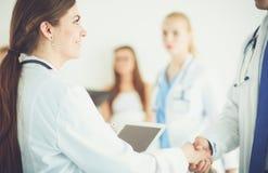 Νέος γιατρός γυναικών που κρατά ένα PC ταμπλετών νεολαίες γυναικών γιατ&rh Στοκ Εικόνα