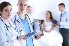 Νέος γιατρός γυναικών που κρατά ένα PC ταμπλετών νεολαίες γυναικών γιατ&rh Στοκ φωτογραφίες με δικαίωμα ελεύθερης χρήσης