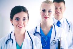 Νέος γιατρός γυναικών που κρατά ένα PC ταμπλετών νεολαίες γυναικών γιατ&rh Στοκ Φωτογραφίες
