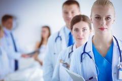 Νέος γιατρός γυναικών που κρατά ένα PC ταμπλετών νεολαίες γυναικών γιατ&rh Στοκ Φωτογραφία