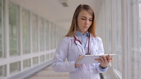 Νέος γιατρός γυναικών που χρησιμοποιεί την ταμπλέτα κίνηση αργή απόθεμα βίντεο