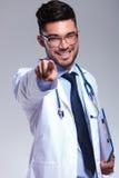 Νέος γιατρός με την περιοχή αποκομμάτων που δείχνει σε σας Στοκ Εικόνα