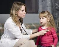 Νέος γιατρός με τον ασθενή μικρών κοριτσιών που αισθάνεται την κακή ιατρική επιθεώρηση με το στηθοσκόπιο Στοκ Εικόνες