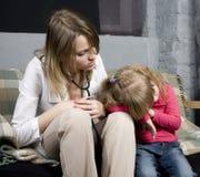 Νέος γιατρός με τον ασθενή μικρών κοριτσιών που αισθάνεται την κακή ιατρική επιθεώρηση με το στηθοσκόπιο Στοκ φωτογραφία με δικαίωμα ελεύθερης χρήσης
