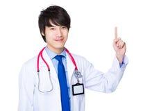 Νέος γιατρός με το σημείο δάχτυλων επάνω Στοκ Φωτογραφίες