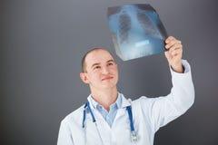 Νέος γιατρός που εξετάζει την ακτίνα X Στοκ εικόνες με δικαίωμα ελεύθερης χρήσης