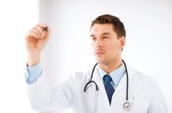 Νέος γιατρός που εργάζεται με κάτι φανταστικό Στοκ Εικόνες