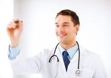Νέος γιατρός που εργάζεται με κάτι φανταστικό Στοκ Φωτογραφίες