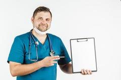 Νέος γιατρός που κρατά ένα κενό έμβλημα στα χέρια του αντιγράφου διαστημικό φ Στοκ εικόνα με δικαίωμα ελεύθερης χρήσης