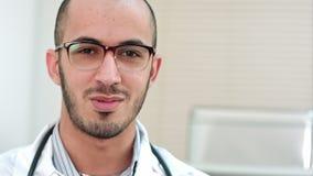Νέος γιατρός που μιλά και που εξετάζει τη κάμερα απόθεμα βίντεο