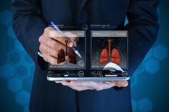 Νέος γιατρός που παρουσιάζει πνεύμονες στοκ φωτογραφίες