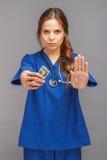 Νέος γιατρός στη στολή με το στηθοσκόπιο Στοκ Φωτογραφίες