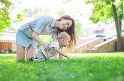 Νέος γιος γυναικών και μωρών που απολαμβάνει τη θερινή ημέρα στο πάρκο Στοκ φωτογραφία με δικαίωμα ελεύθερης χρήσης