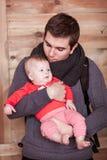 Νέος γιος εκμετάλλευσης πατέρων στο ξύλινο κλίμα Στοκ Εικόνα