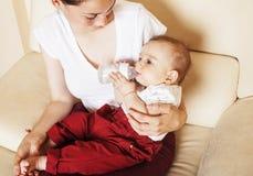 Νέος γιος μωρών μικρών παιδιών εκμετάλλευσης μητέρων brunette ευτυχής, στήθος-αμοιβή στοκ εικόνες με δικαίωμα ελεύθερης χρήσης