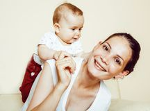 Νέος γιος μωρών μικρών παιδιών εκμετάλλευσης μητέρων brunette ευτυχής, στήθος-αμοιβή στοκ φωτογραφία με δικαίωμα ελεύθερης χρήσης