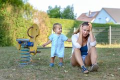 Νέος γιος που ανακουφίζει την τονισμένη μητέρα του στοκ εικόνα με δικαίωμα ελεύθερης χρήσης