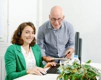 Νέος γραμματέας και ο προϊστάμενός του στο γραφείο Στοκ φωτογραφίες με δικαίωμα ελεύθερης χρήσης
