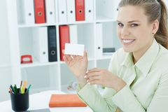 Νέος γραμματέας που παρουσιάζει κενό κενό σημάδι καρτών εγγράφου με το διάστημα αντιγράφων για το κείμενο Έννοια διαφημίσεων Στοκ Εικόνες