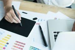 Νέος γραφικός σχεδιαστής που εργάζεται με τον υπολογιστή και swatch χρώματος Γ Στοκ φωτογραφίες με δικαίωμα ελεύθερης χρήσης