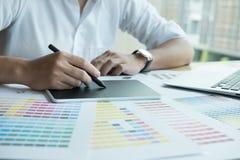 Νέος γραφικός σχεδιαστής που εργάζεται με τον υπολογιστή και swatch χρώματος Γ Στοκ Εικόνα