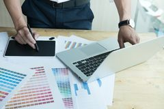 Νέος γραφικός σχεδιαστής που εργάζεται με τον υπολογιστή και swatch χρώματος Γ Στοκ φωτογραφία με δικαίωμα ελεύθερης χρήσης