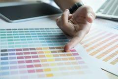 Νέος γραφικός σχεδιαστής που εργάζεται με τον υπολογιστή, swatch χρώματος Crea Στοκ φωτογραφίες με δικαίωμα ελεύθερης χρήσης