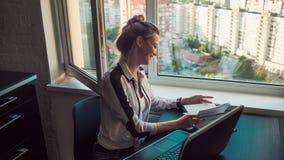 Νέος γυναίκα σπουδαστής ή επιχειρηματίας που εργάζεται από το σπίτι Μακρινή εργασία στοκ φωτογραφίες με δικαίωμα ελεύθερης χρήσης