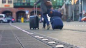 Νέος γυναικείος ταξιδιώτης που περπατά με τις βαλίτσες στο σιδηροδρομικό σταθμό, νέος προορισμός απόθεμα βίντεο