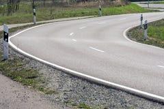 Νέος δρόμος ασφάλτου με τις καμπύλες και την πρόσκρουση στοκ φωτογραφίες