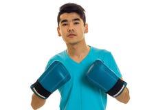 Νέος εγκιβωτισμός άσκησης αθλητικών τύπων στα μπλε γάντια που απομονώνονται στο άσπρο υπόβαθρο Στοκ Φωτογραφία