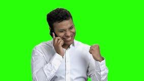Νέος εκφραστικός επιχειρηματίας που μιλά στο τηλέφωνο απόθεμα βίντεο