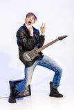Νέος εκφραστικός μουσικός βράχου που παίζει την ηλεκτρική κιθάρα και το τραγούδι Αστέρας της ροκ που κάνει τη χειρονομία βράχου Στοκ εικόνες με δικαίωμα ελεύθερης χρήσης