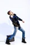 Νέος εκφραστικός μουσικός βράχου που παίζει την ηλεκτρική κιθάρα και το τραγούδι Αστέρας της ροκ που κάνει τη χειρονομία βράχου Στοκ Εικόνες