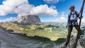 Νέος ελκυστικός αρσενικός ορειβάτης βουνών στους δολομίτες της Ιταλίας με μια μεγάλη άποψη πανοράματος στοκ φωτογραφίες με δικαίωμα ελεύθερης χρήσης