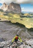 Νέος ελκυστικός θηλυκός ορειβάτης βουνών στους δολομίτες της Ιταλίας με μια μεγάλη άποψη στοκ φωτογραφίες με δικαίωμα ελεύθερης χρήσης