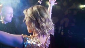 Νέος ελκυστικός χορός ζευγών και κρασί κατανάλωσης σε ένα κόμμα φιλμ μικρού μήκους