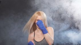 Νέος ελκυστικός kickboxing θηλυκός μαχητής με τις ξανθές διατρήσεις άσκησης τρίχας, σε αργή κίνηση απόθεμα βίντεο