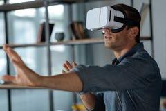 Νέος ενθουσιώδης κύριος που έχει την εμπειρία VR Στοκ Εικόνα
