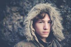 Νέος εξερευνητής αγοριών με την κουκούλα Στοκ φωτογραφίες με δικαίωμα ελεύθερης χρήσης