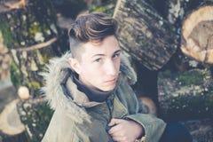 Νέος εξερευνητής αγοριών με την κουκούλα Στοκ φωτογραφία με δικαίωμα ελεύθερης χρήσης