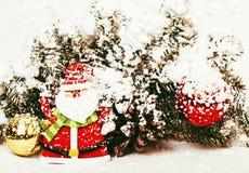 Νέος εορτασμός έτους, ουσία διακοπών Χριστουγέννων, δέντρο, παιχνίδια, διακόσμηση με το χιόνι, κόκκινο καπέλο santas Στοκ φωτογραφίες με δικαίωμα ελεύθερης χρήσης