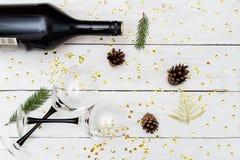 Νέος εορτασμός Year's Κρασί με δύο γυαλιά σε ένα ξύλινο tabl Στοκ Εικόνα