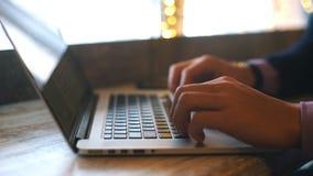 Νέος επαγγελματικός επιχειρηματίας που χρησιμοποιεί το σύγχρονο lap-top, κινηματογράφηση σε πρώτο πλάνο των αρσενικών χεριών που  απόθεμα βίντεο