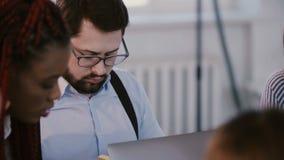 Νέος επαγγελματικός όμορφος καυκάσιος επιχειρηματίας υπεύθυνων για τ απόθεμα βίντεο