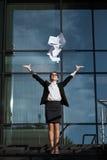 Νέος επαγγελματικός διευθυντής επιχειρησιακής κυρίας που χαμογελά με την ευτυχία Στοκ Εικόνες