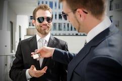 Νέος επενδυτής επιχειρηματιών που αγοράζει το νέο διαμέρισμα Στοκ Εικόνες