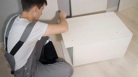 Νέος επισκευαστής που συγκεντρώνει το νέο επιτραπέζιο στο σπίτι εσωτερικό απόθεμα βίντεο
