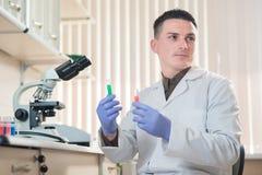 Νέος επιστήμονας που εργάζεται με τα υγρά υλικά Στοκ Φωτογραφίες